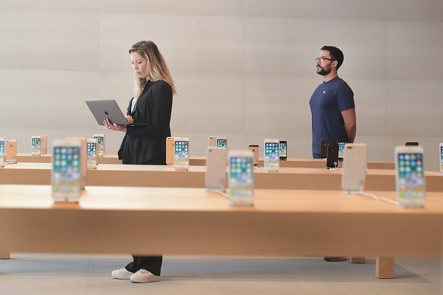 CHICAGO, IL - OCTOBER 19:  Apple previews it newest store located on Michigan Avenue along the Chicago River on October 19, 2017 in Chicago, Illinois. The glass-sided store will open to the public tomorrow.  (Photo by Scott Olson/Getty Images)