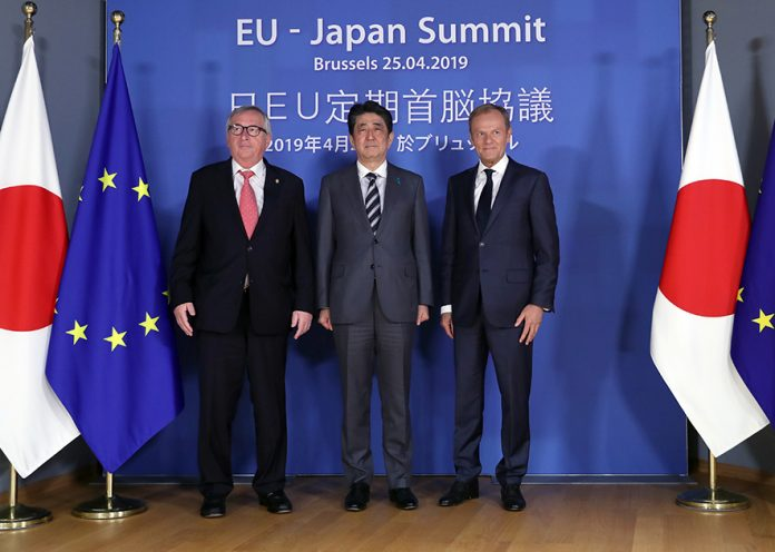 epa07527902 Japanese Prime Minister Shinzo Abe (C) is welcomed by the President of the European Council Donald Tusk (R) and European Commission President Jean-Claude Juncker (L) ahead of a EU-Japan summit meeting at the European Council in Brussels, Belgium, 25 April 2019. EPA/FRANCISCO SECO / POOL POOL AP