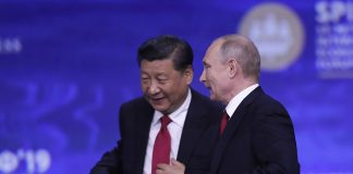 epa07633244 Russian President Vladimir Putin (R) and Chinese President Xi Jinping (L), at the end of a plenary session of the Saint Petersburg International Economic Forum (SPIEF-2019) in St. Petersburg, Russia, 07 June 2019. SPIEF 2019 runs from 06 to 08 June. EPA/YURI KOCHETKOV